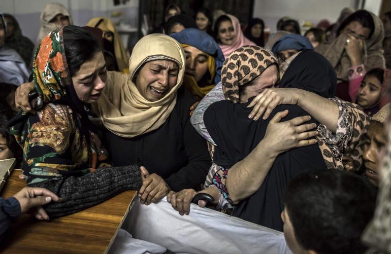 Жительницы Пешавара оплакивают своих детей