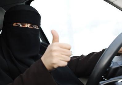 HRW требует освободить саудиек, арестованных за вождение