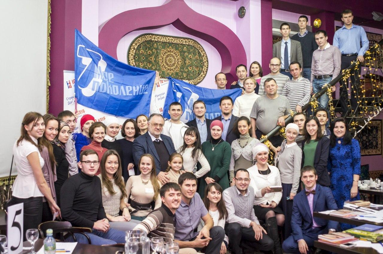 Али Вячеслав Полосин в окружении мусульманской молодежи Москвы