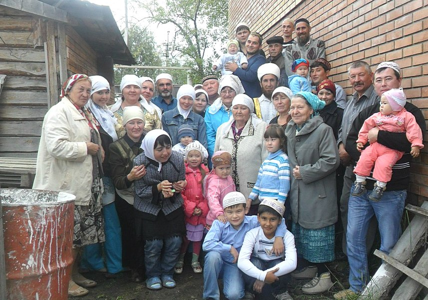 Новая каменная мечеть примыкает к деревянной молельни