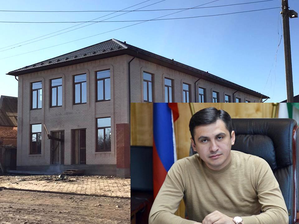 На фото мечеть в Сагопши и глава Малгобекского  района Адам Цечоева (коллаж IN)