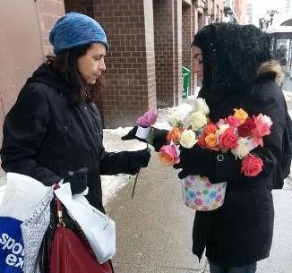 От мусульман с любовью: розы в подарок прохожим