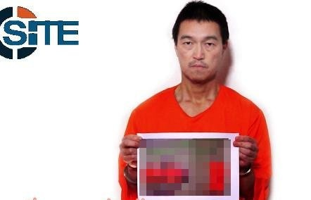 Японский заложник Кэндзи Гото держит фото с казненным соотечественником (Фото: SITE Intelligence Group)
