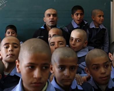 В Иране 300 школьников побрились налысо ради учителя, заболевшего раком