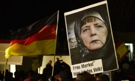 Плакат PEGIDA с Меркель, посредством фотомонтажа одетой в хиджаб