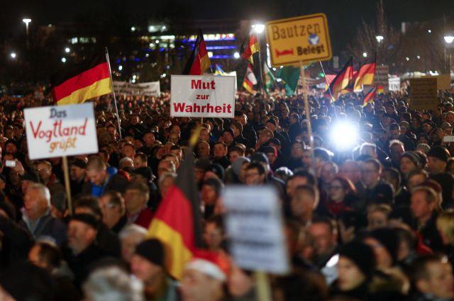 Немцы выходят на улицы, протестуя против религиозной вражды