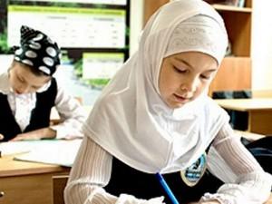 Скандальный запрет платков в школах обсудят в Москве