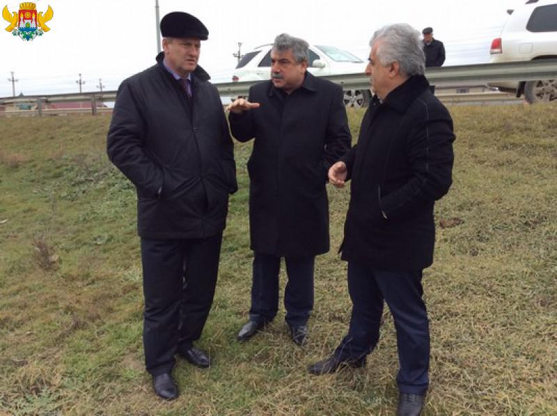 Магомедэмин Гаджиев, Магомедрасул Гитинов и Ибрагим Ибрагимов на  территории намечающегося строительства