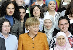 Канцлер Германии обещала защитить мусульман