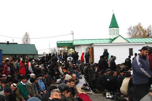 В Ханты-Мансийске под мечеть вывалили 700 машин