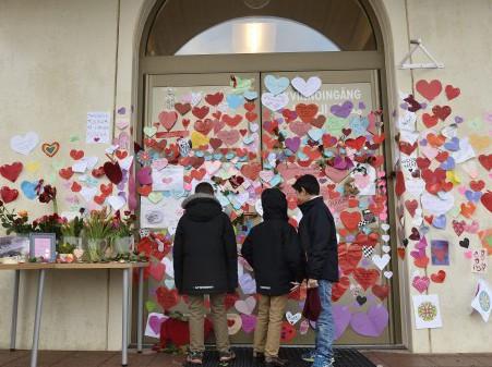 Шведы обклеили мечеть сердечками в знак симпатии