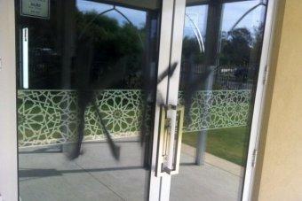 Двери и стены мечети были изрисованы вандалами