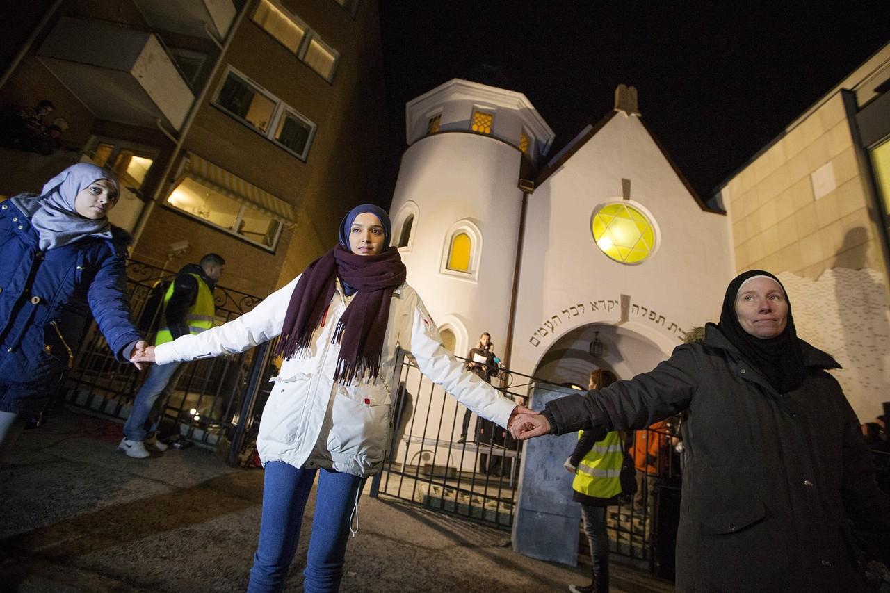 Мусульманки в живой цепи вокруг синагоги