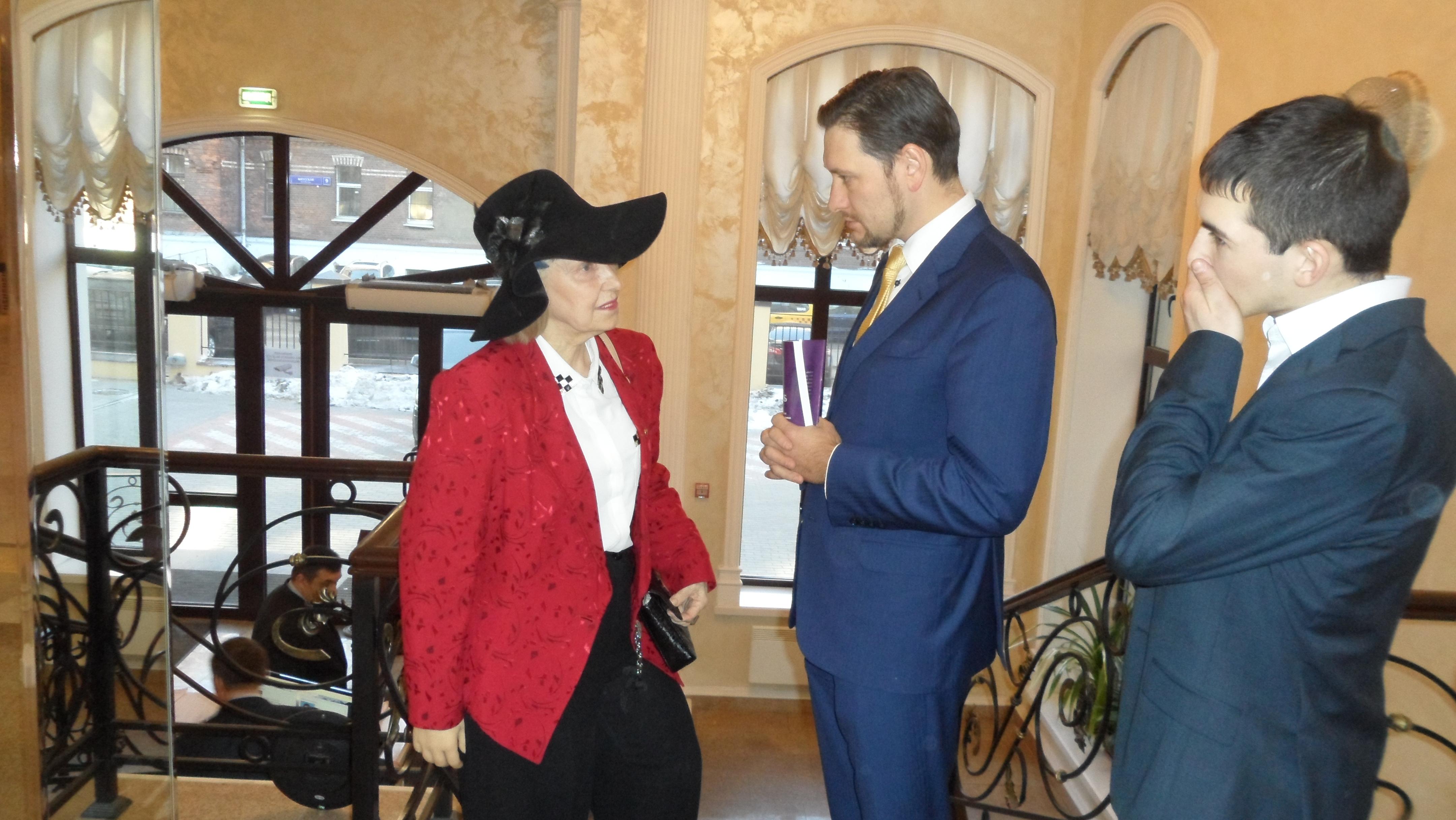 Мухетдинов и Порохова беседуют в кулуарах Общественной палаты