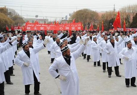 В Китае имамов заставили танцевать на площади