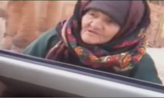 Пожилая сирийка у автомобиля боевиков