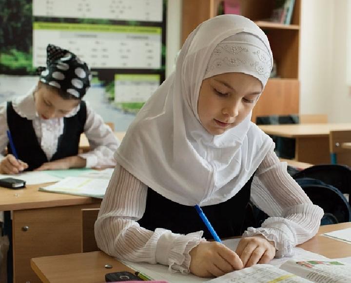 Школьница в хиджабе