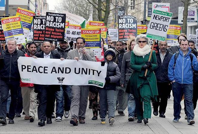 Жители Уэльса вышли на улицы в поддержку мусульман
