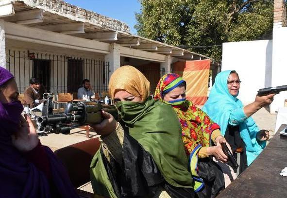 Школьным учителям выдадут табельное оружие