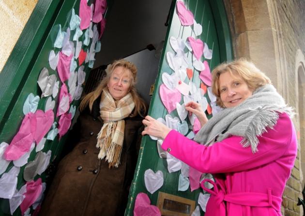 Англичанки украшают дверь мечети бумажными сердечками