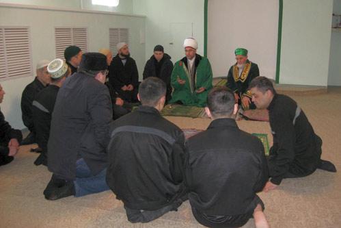 Муфтий общается с прихожанами новой мечети при колонии