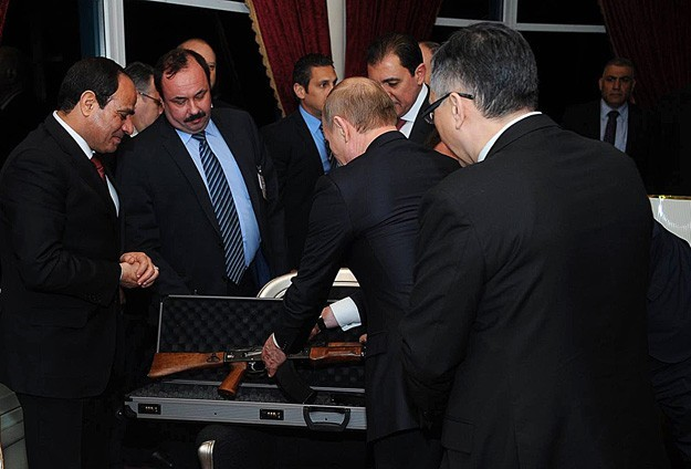 Президент России Владимир Путин вручает египетскому коллеге Абдельфаттаху ас-Сиси автомат «Калашникова»