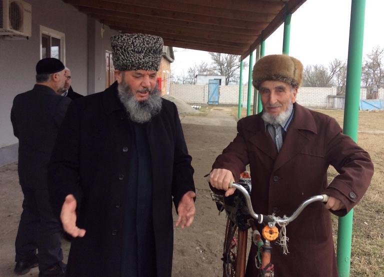 Муфтий Рахимов (слева) призвал общину поддержать своих имамов