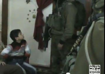 Ребенок спросонья отвечает на вопросы израильских военных