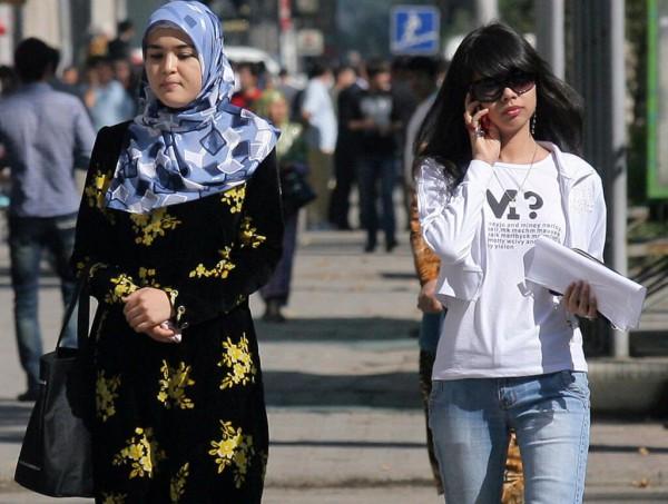 Таджикские полицейские уговаривают мусульманок оголиться