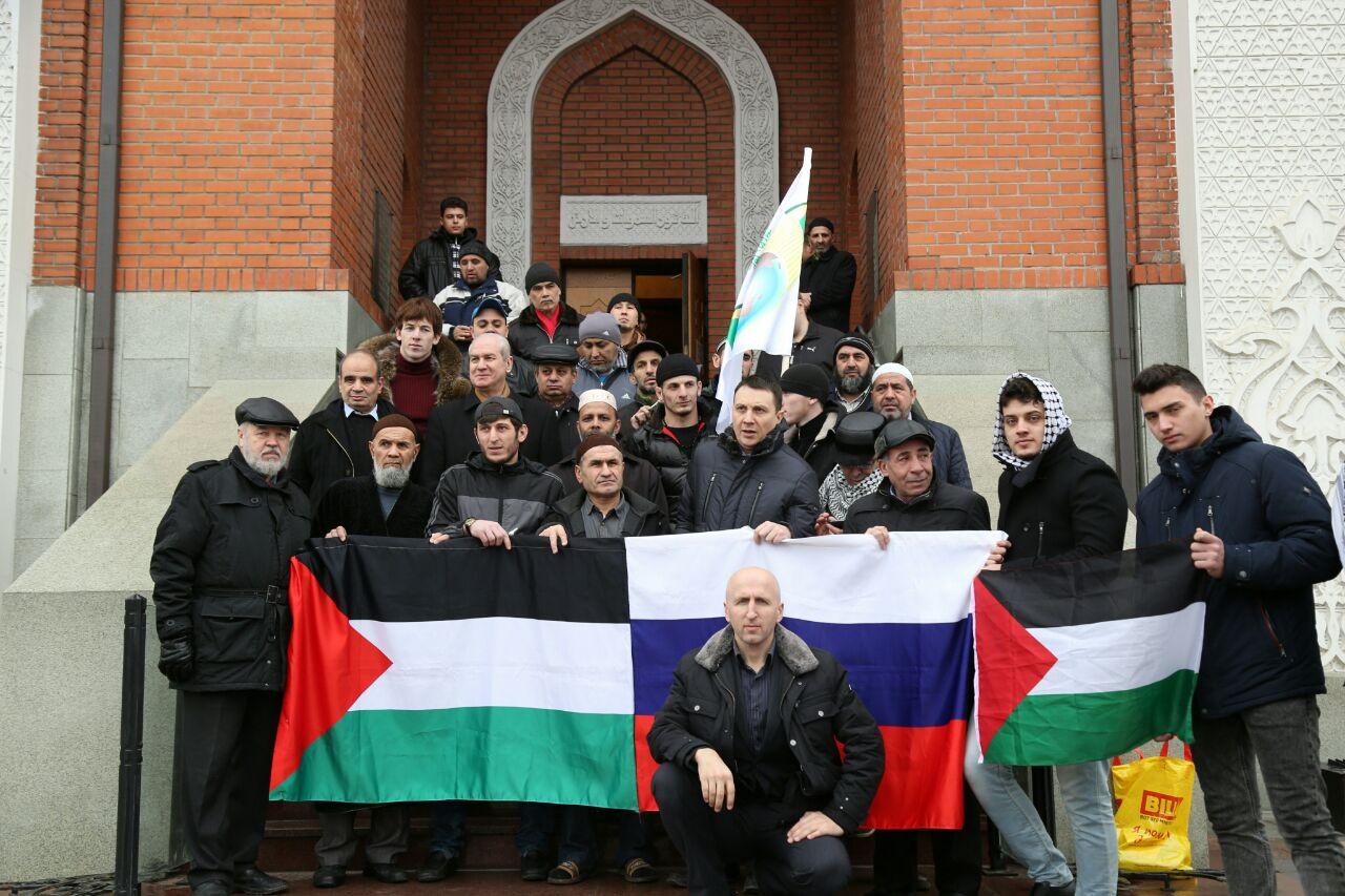 Участники марша перед Мемориальной мечетью в Москве