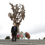 """Председатель молодежного поколения"""" 7-го поколения"""" Тавдиряков Расул возле мемориала  в Беслане"""