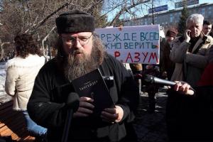Один из участников митинга Андрей Кураев