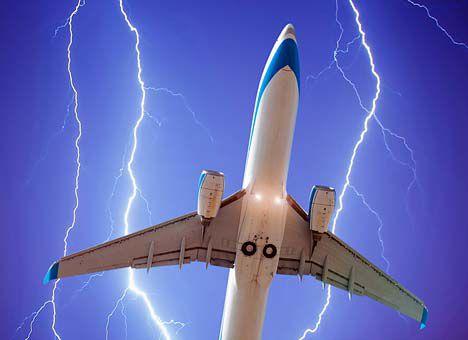 Летевший в Армению самолет с российской делегацией поразила молния