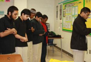 Школьники-мусульмане оспорили запрет на намаз в суде