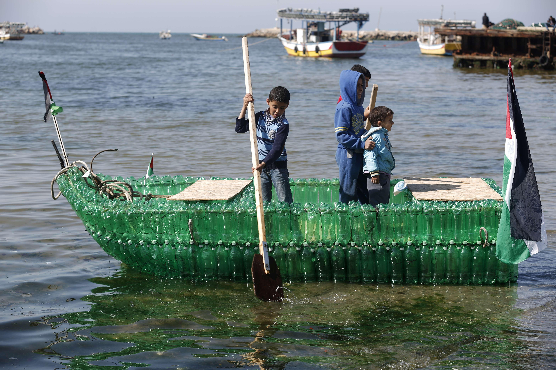 Лодка из бутылок своими руками фото