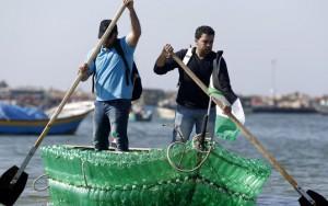 Лодка из бутылок для блокадной Газы
