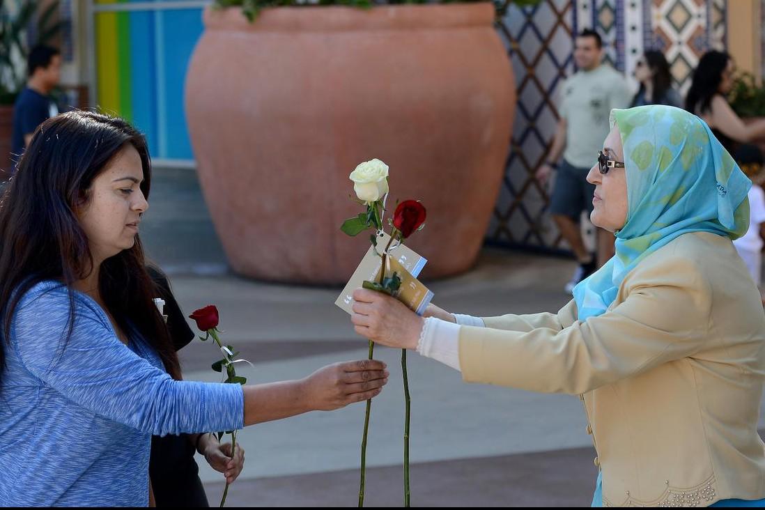 Мусульманки порадовали прохожих розами и хадисами