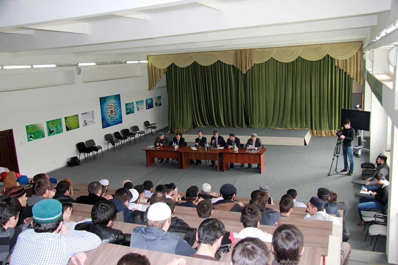 Во время встречи в Дагестанском гуманитарном институте