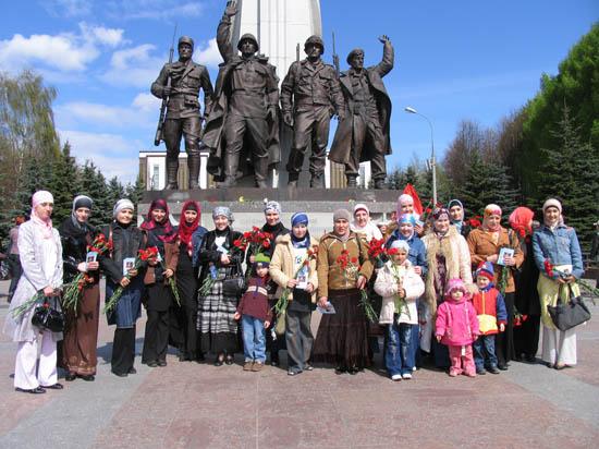 Мусульманская молодежь поздравила ветеранов с Днем Победы
