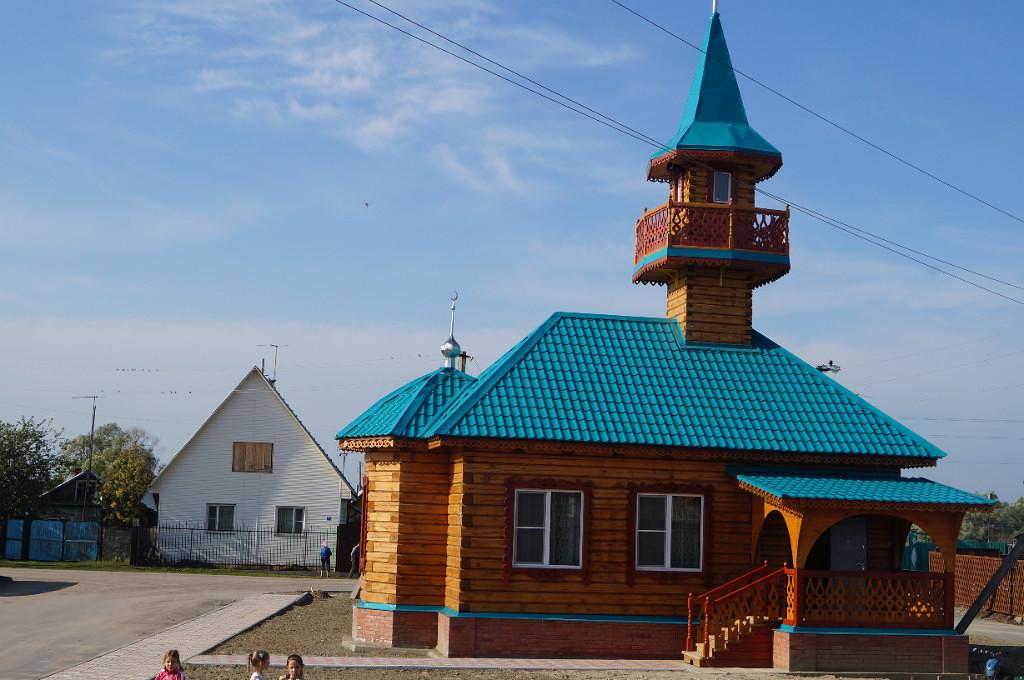 Минарет мечети в Сибири украсили колокола