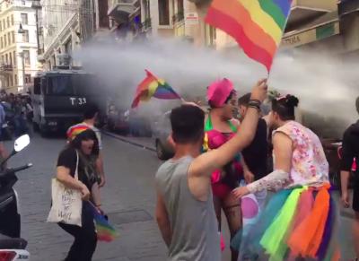 Участникам гей-парада в Стамбуле пришлось не сладко (Фото)