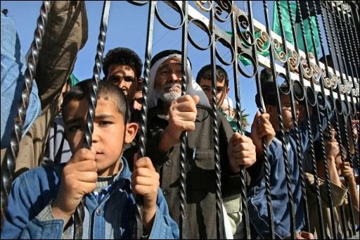 Палестинцы на египетском КПП Рафах, который служит для сектора Газа единственным окном во внешний мир