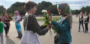 Мусульманки дарят цветы прохожим