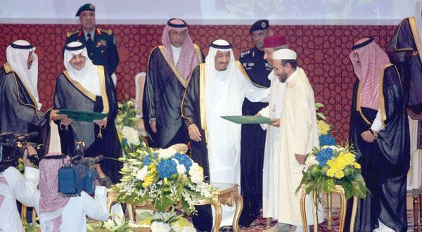 Король награждает победителей конкурса из Марокко