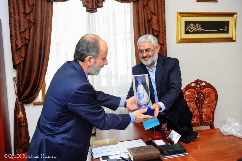 Гость подарил муфтию Крыма кувшин ручной работы с логотипом университета «Аль-Мустафа»