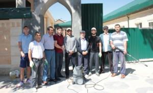 Прихожане и работники мечети всегда содержат мечеть в чистоте