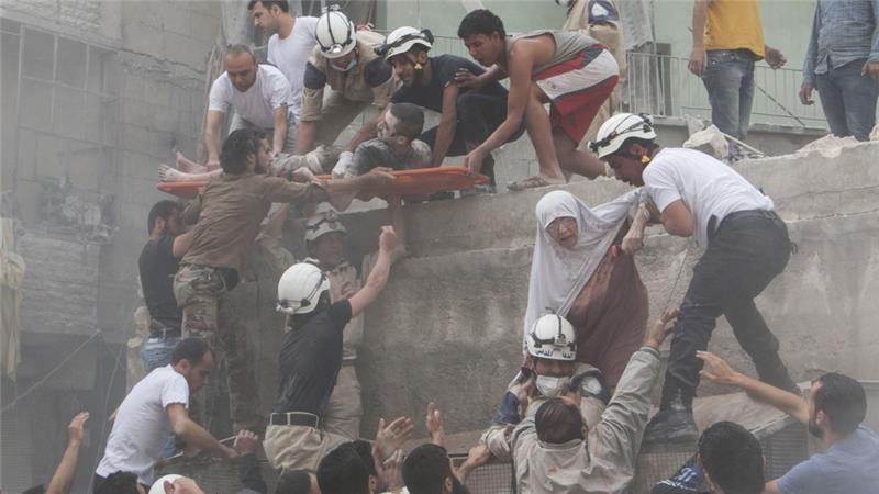 Спасатели извлекают пострадавших сирийцев из завалов