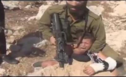 Изуверство израильского солдата над палестинским мальчиком (ВИДЕО)