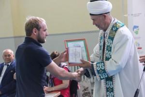 Муфтий награждает участника слета