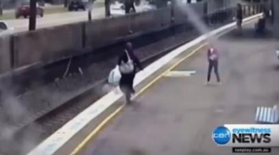 Женщина в хиджабе спасла ребенка от неминуемой смерти (ВИДЕО)